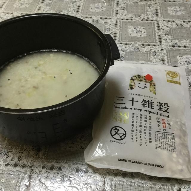 タマチャンショップの雑穀米を混ぜる写真